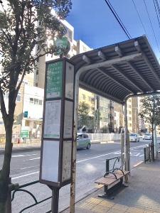 出口付近のバス停