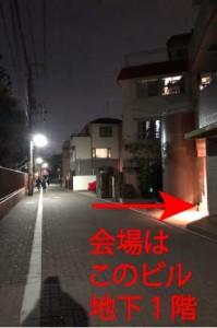劇場前(夜)